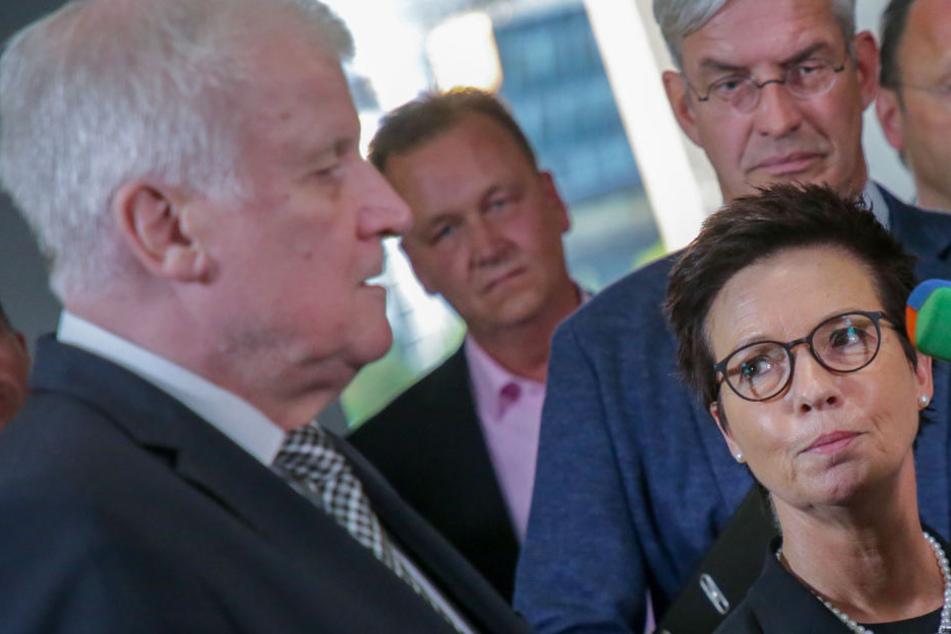 Seehofer und Cordt treten nach einer Sondersitzung des Bundestags-Innenausschusses zur Bamf-Affäre vor die Presse.