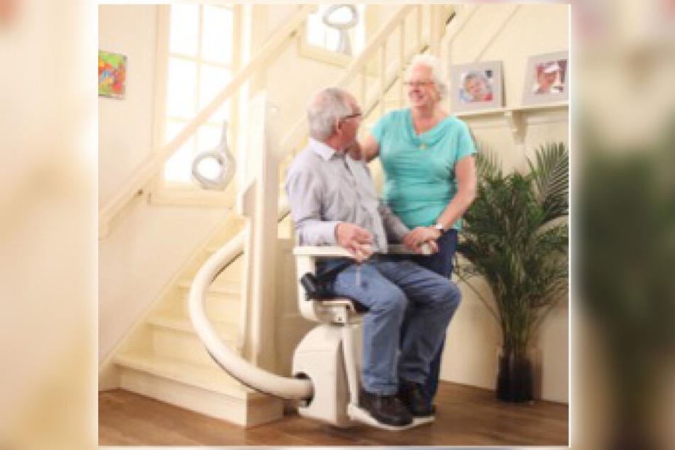 Mithilfe eines Treppenlifts sind auch obere Stockwerke kein Problem.