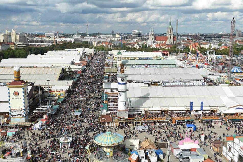 Am Sonntag wurde die Münchner Wiesn von einem heftigen Unwetter heimgesucht. (Archivbild)