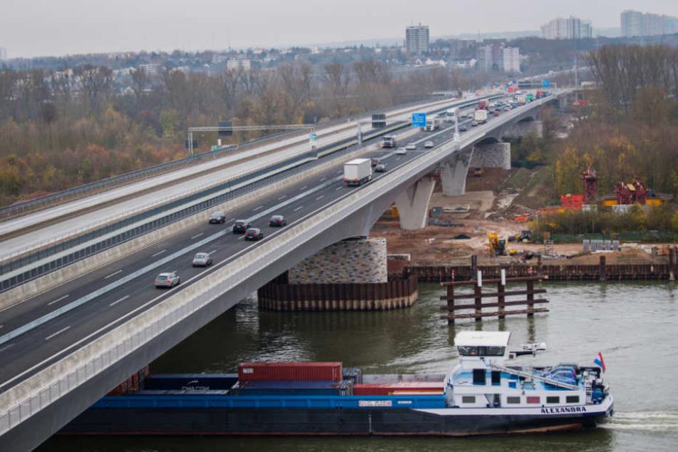 Die ersten Fahrzeuge fuhren bereits schon über die neue Schiersteiner Brücke.