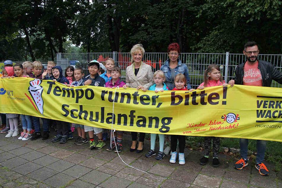 Die Schüler der Riethschule in Erfurt und die Verkehrsministerin brachten das großflächige Banner an.