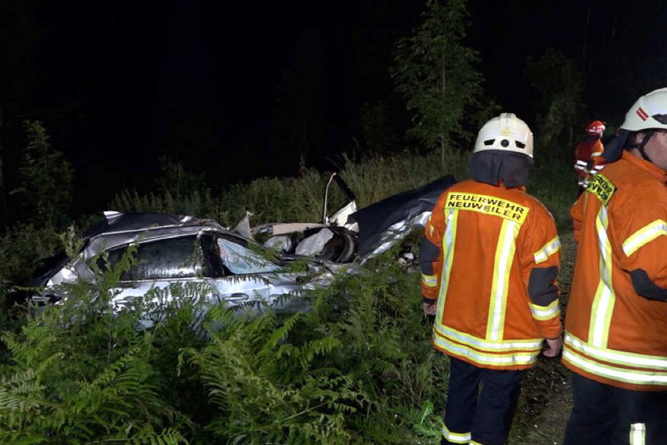 Die Rettungskräfte konnten die beiden Insassen nur noch tot bergen.