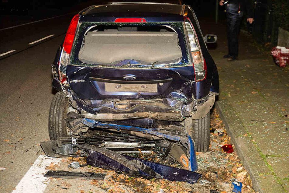 Der Ford Fiesta wurde stark beschädigt durch den Aufprall.