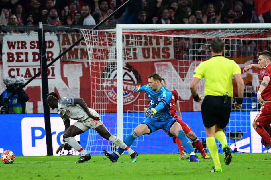 Sadio Mané (l) kurvt um Manuel Neuer und trifft anschließend.