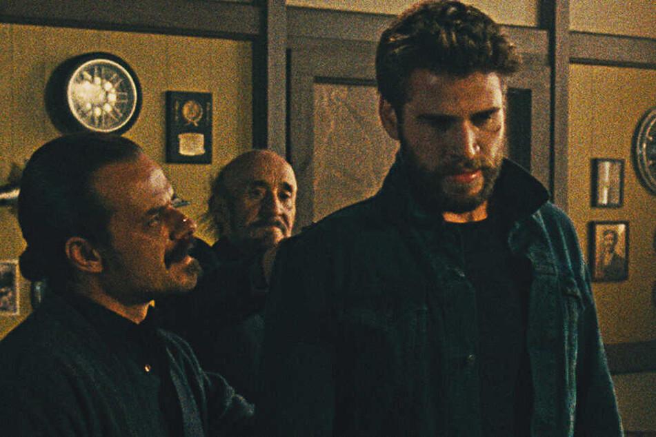 """Die Qualität der Filmfotos entspricht leider der von """"KIllerman"""": Auch der unscharfe Liam Hemsworth (r.) kann den schlechten Rachethriller nicht retten."""