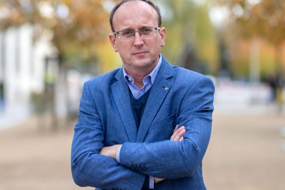 Der Landtagsabgeordnete Jörg Vieweg (47, SPD) hat genug vom Lärm durch Autos und Lastwagen.