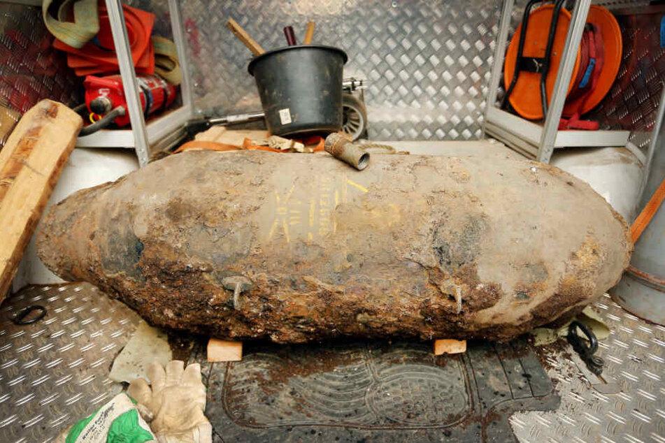 Eine britische Fünf-Zentner-Bombe liegt auf einem Lastwagen des Kampfmittelräumdienstes.