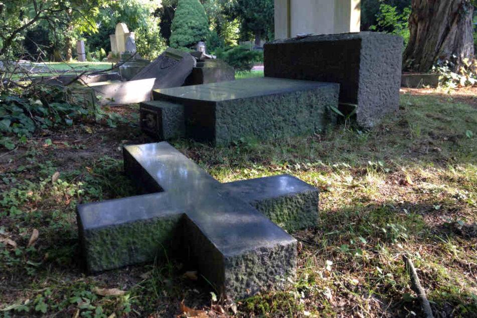 Die Täter klauten die Bronzeplatten auf einem Friedhof in Gründau (Symbolbild).