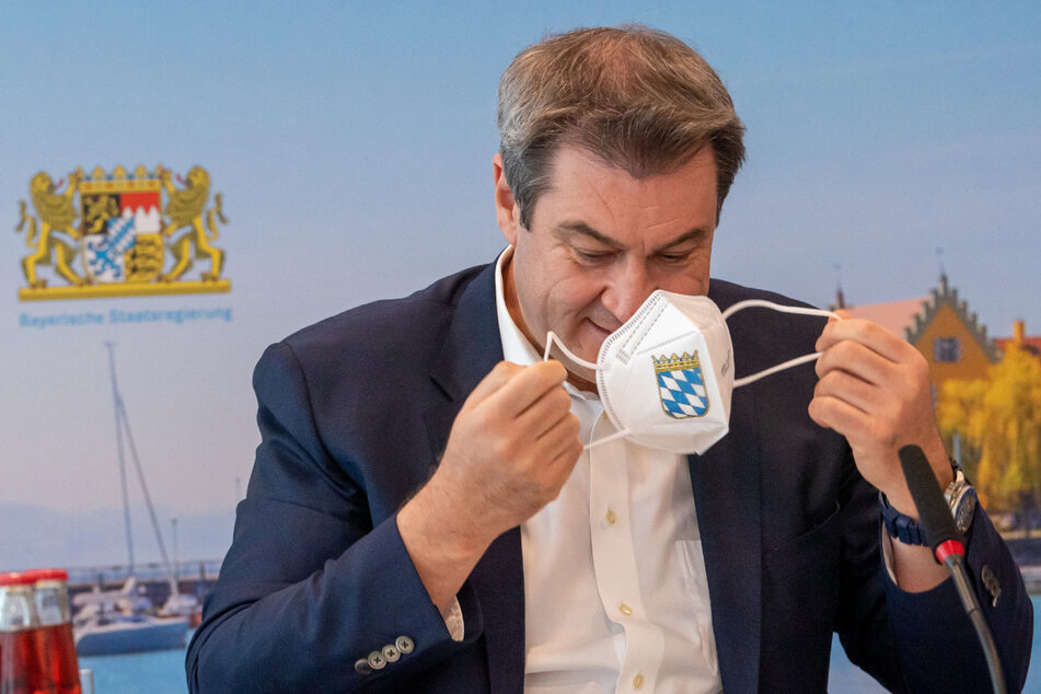 Markus Söder (CSU), Ministerpräsident von Bayern, nimmt zu Beginn der Sitzung des bayerischen Kabinetts seine FFP2-Maske ab.