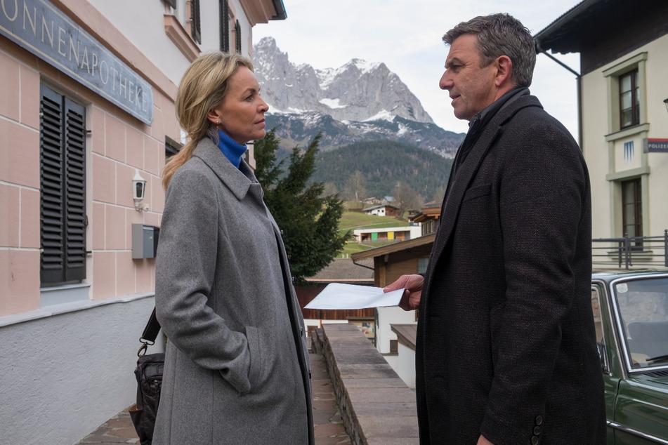 """Eine Szene aus der 14. Staffel """"Der Bergdoktor"""": Martin (Hans Sigl) braucht dringend Franziskas (Simone Hanselmann) Hilfe - doch es geht ausgerechnet um Anne."""