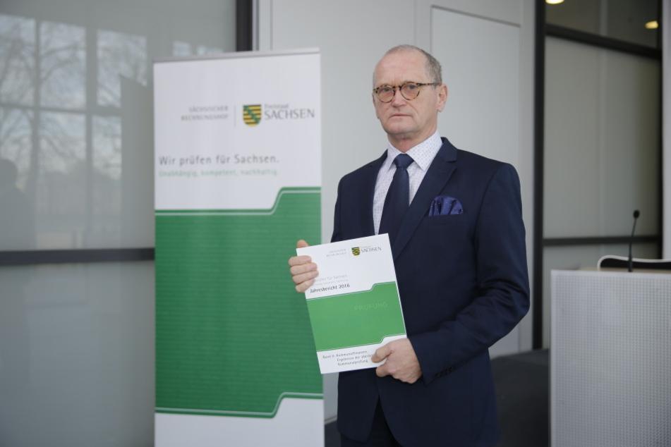 Rechnungshof-Präsident Karl-Heinz Binus (62) präsentiert den neuen  Jahresbericht. Geprüft wurden die Kommunen.
