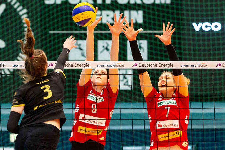 Die Dresdnerinnen Lena Möllers und Barbara Wezorke (r.) sind zum Block gegen Emma Cyris hochgestiegen.