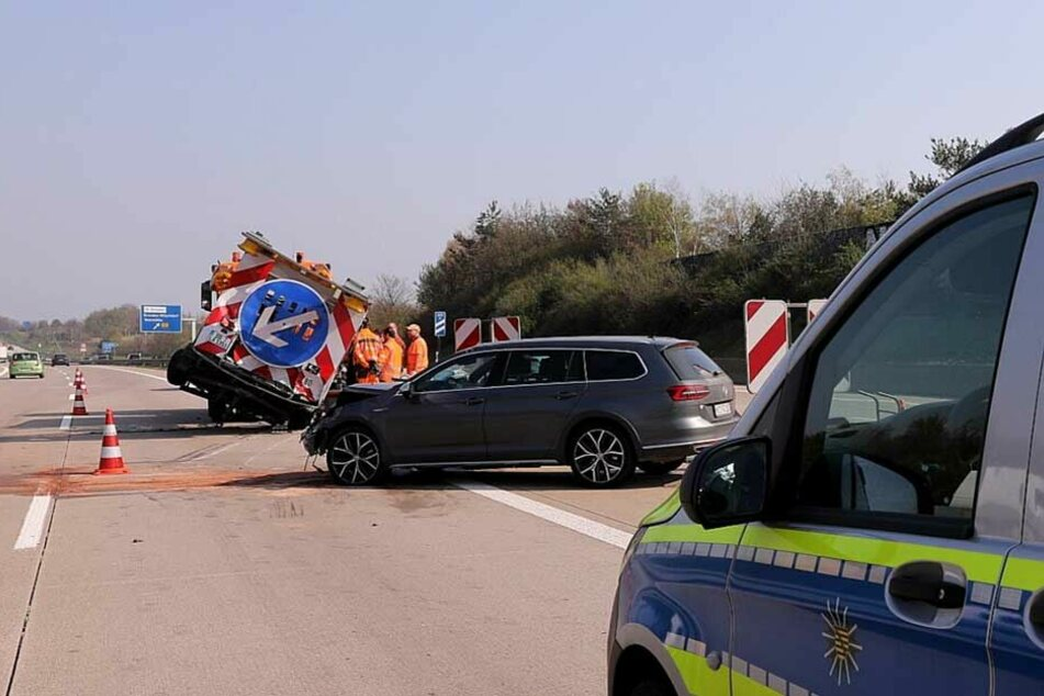 Der VW Passat war mit hoher Geschwindigkeit auf den Schilderwagen aufgefahren.