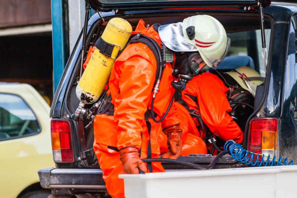 Feuerwehrleute untersuchten das Auto mit Gasleck. (Symbolbild)