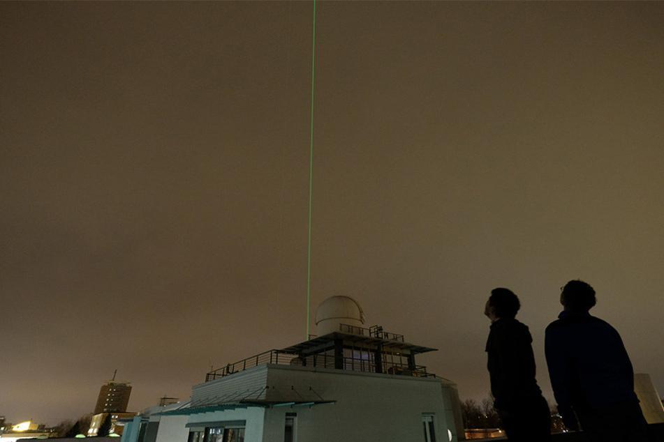 Je nach Wetterlage sieht man in Leipzig immer wieder einen grünen Laserstrahl. Doch wo kommt der eigentlich her?