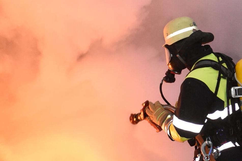 Das Feuer konnte von den Feuerwehrleuten schnell unter Kontrolle gebracht werden. (Symbolbild)