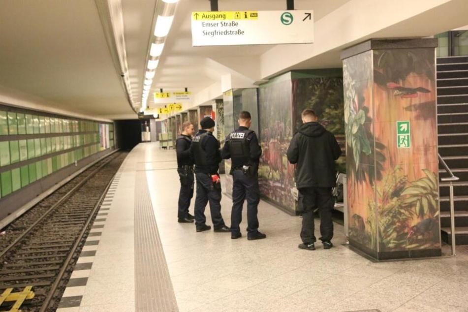 Bei einer blutigen Auseinandersetzung im U-Bahnhof Hermannstraße wurde ein 18 Jahre alter Mann schwer verletzt.