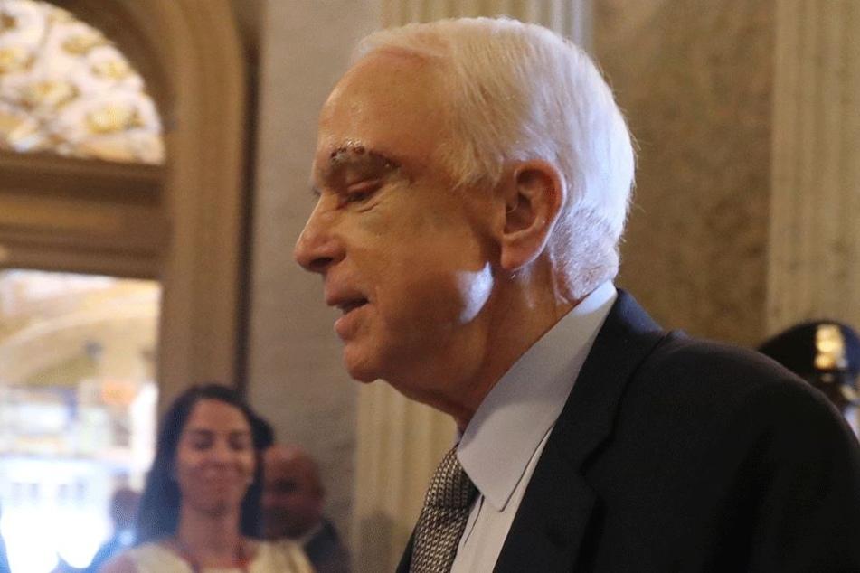 Unfassbar: John McCain, mittlerweile 80 Jahre alt, erscheint kurz nach seiner Hirn-Tumor-Entfernung beim Senat und hält eine Rede, als wäre es nichtmal eine Erkältung gewesen.
