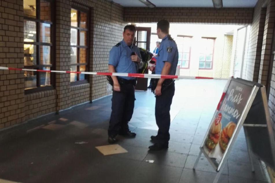 Die Einsatzkräfte sperrten vor Ort die Eingänge zum S- und U-Bahnhof ab.