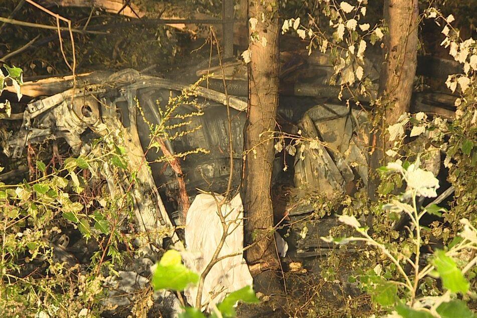 Das Wrack brannte am Rand der A57 komplett aus.