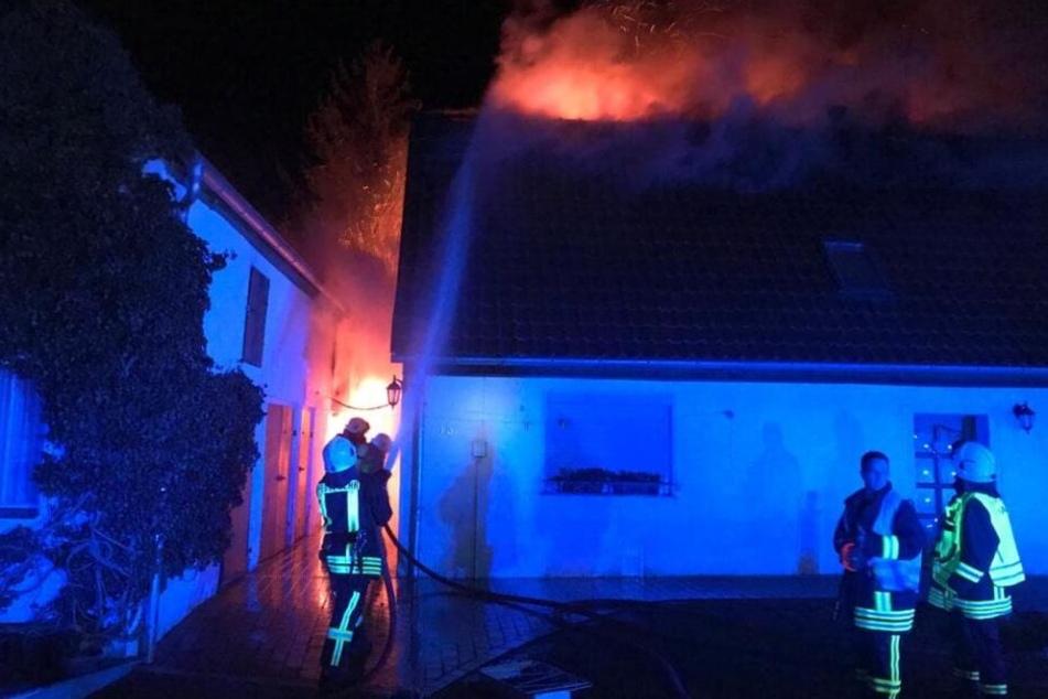 In der Weihnachtsnacht: Haus in Sachsen steht lichterloh in Flammen