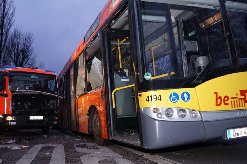 Der Busfahrer wurde durch den Unfall schwer verletzt.