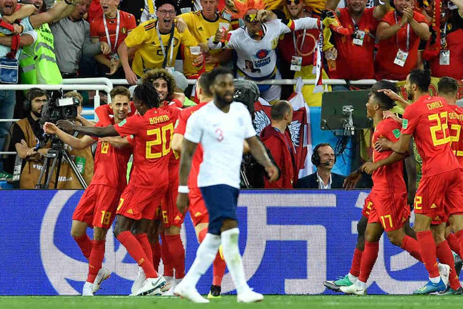 Die Belgier bejubeln den Treffer zum 1:0 gegen England.