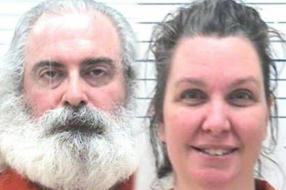 Bonnie Beth Mills-Lilly (42, rechts) and Henry Clarence Lilly III (49)