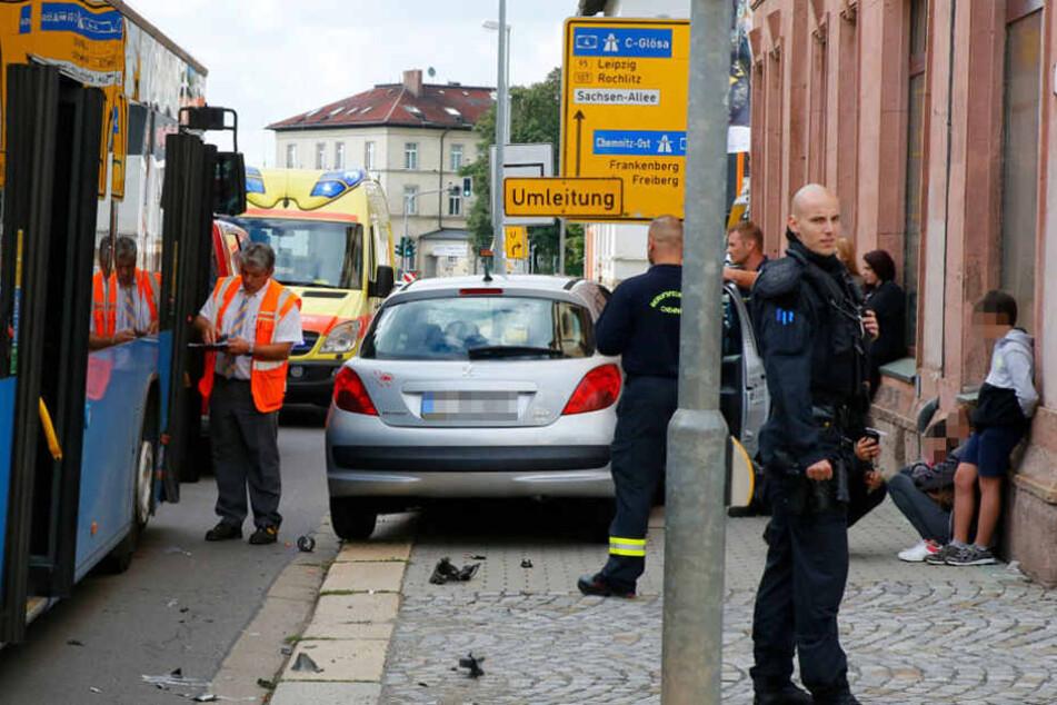 Unfall mit mehreren Verletzten: Peugeot knallt gegen Bus