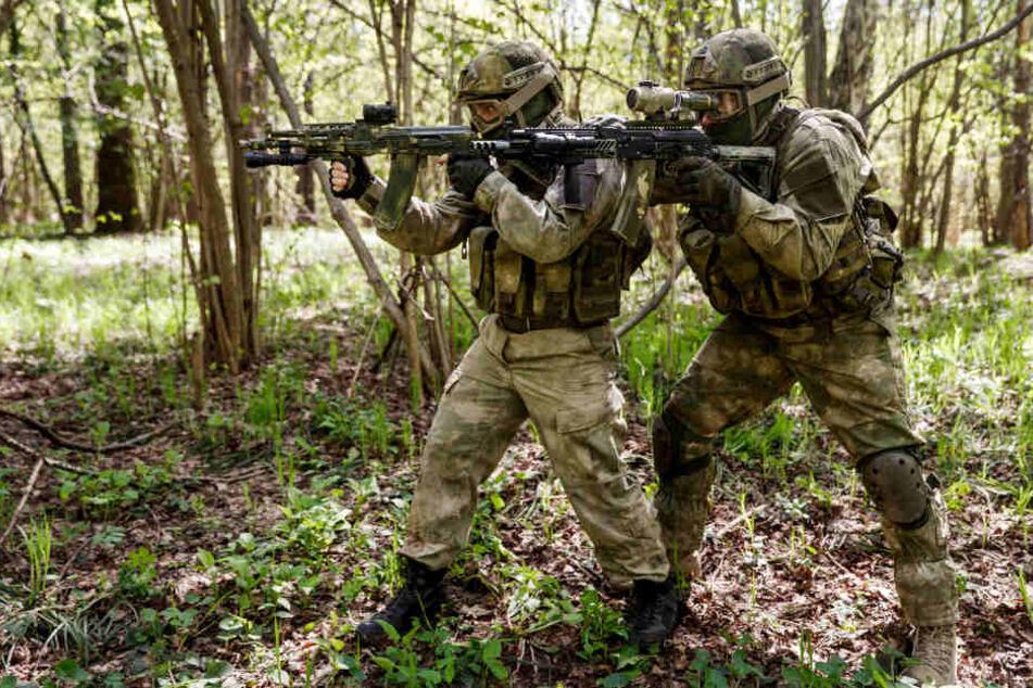 Nächtlicher Schock: Soldaten ballern mit Maschinengewehren im Wald wild um sich
