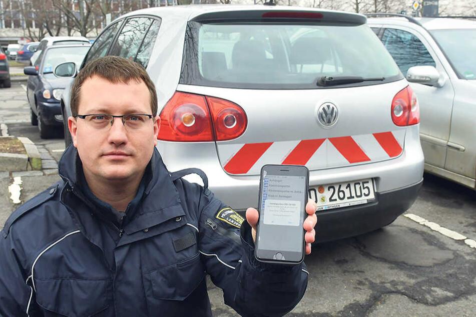 Sven Lehmann (31) vom Ordnungsamt zeigt den neuen E-Parkschein.