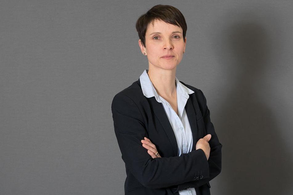"""Fraktionslos im Bundestag: Ex-AfD-Chefin Frauke Petry (42). Mit ihrer """"Blauen Partei"""" will sie enttäuschte konservative Wähler ansprechen, denen die AfD zu rechts ist."""
