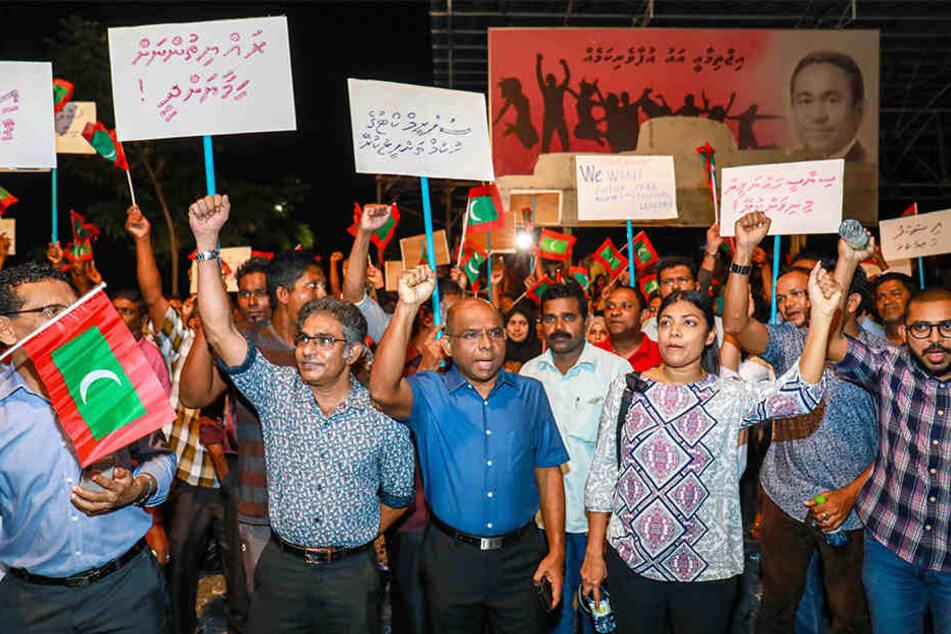 Anhänger der Opposition demonstrieren in den Straßen. Die Regierung der Maledivenhat einen 15 Tage langen Ausnahmezustand über den Inselstaat im Indischen Ozean verhängt.