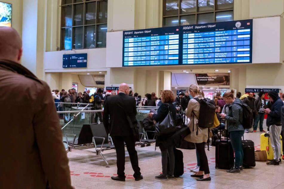 Zahlreiche Bahnreisende stehen am Bahnhof Hannover.
