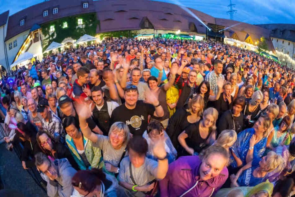 Immer volles Haus: Reim-Fans bei einem Konzert am Wasserschloss Klaffenbach (bei Chemnitz).