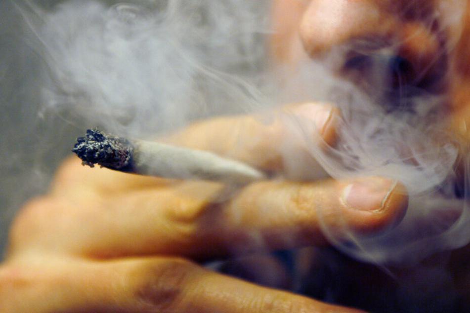 Ein Mann raucht einen Joint. Das könnte in Schleswig-Holstein bald legal sein.