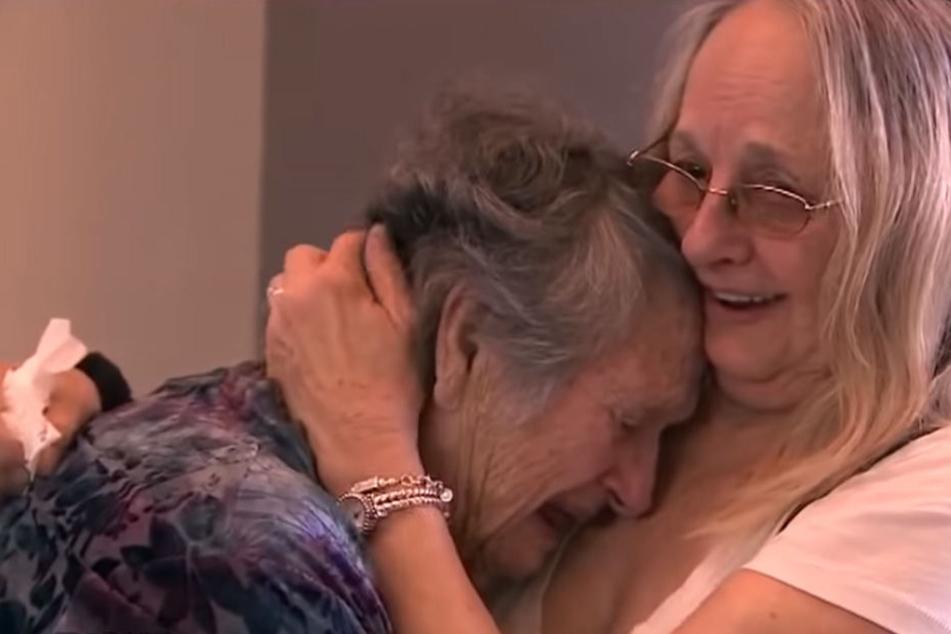 In einer rührenden Szene schließen sich Mutter und Tochter wieder in die Arme.