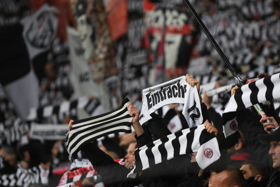 Für gewöhnlich sind die Fans der Eintracht für ihre Stimmungsmache in den Fußballstadien bekannt (Symbolbild).