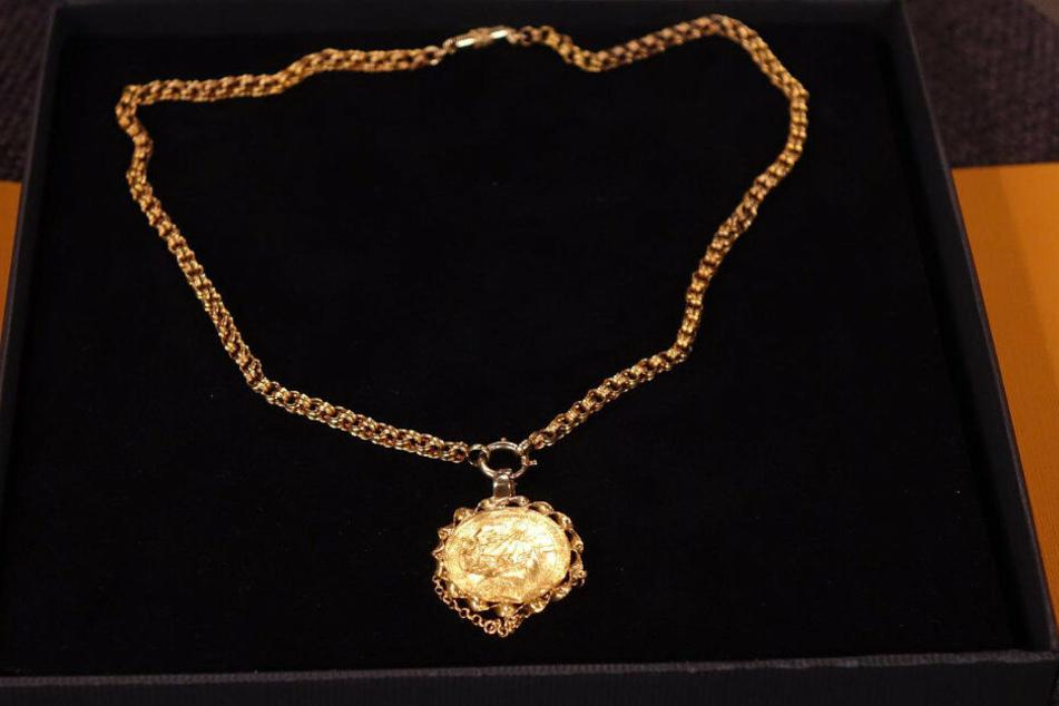 Der Golddukat von 1745 mit Kette wurde bei Bares für Rares angeboten.