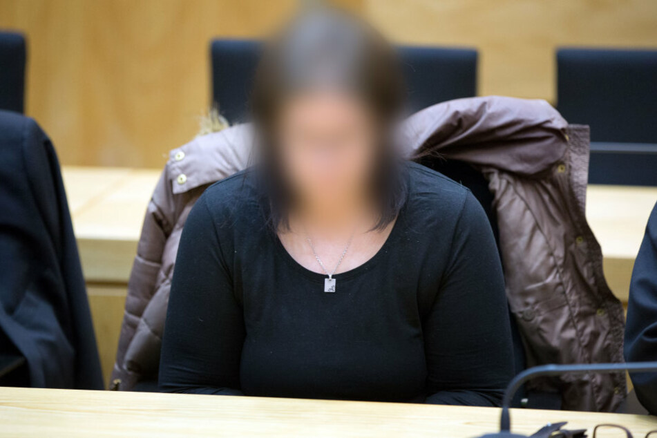 Die Angeklagte Nadine K. sitzt am 28.02.2017 im Gerichtssaal in Bielefeld an ihrem Platz