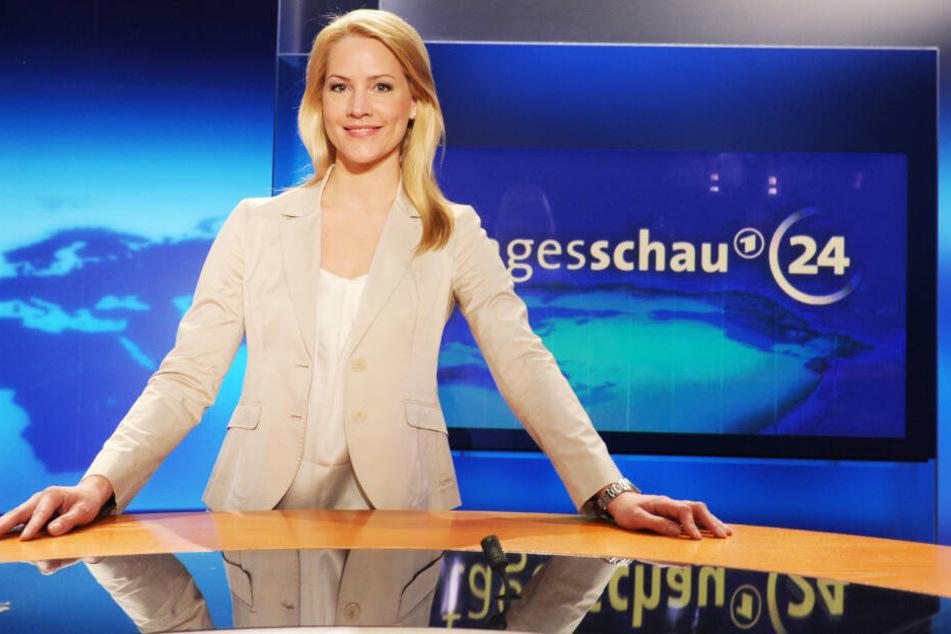 Judith Rakers steht im Studio des ARD-Senders Tagesschau24.