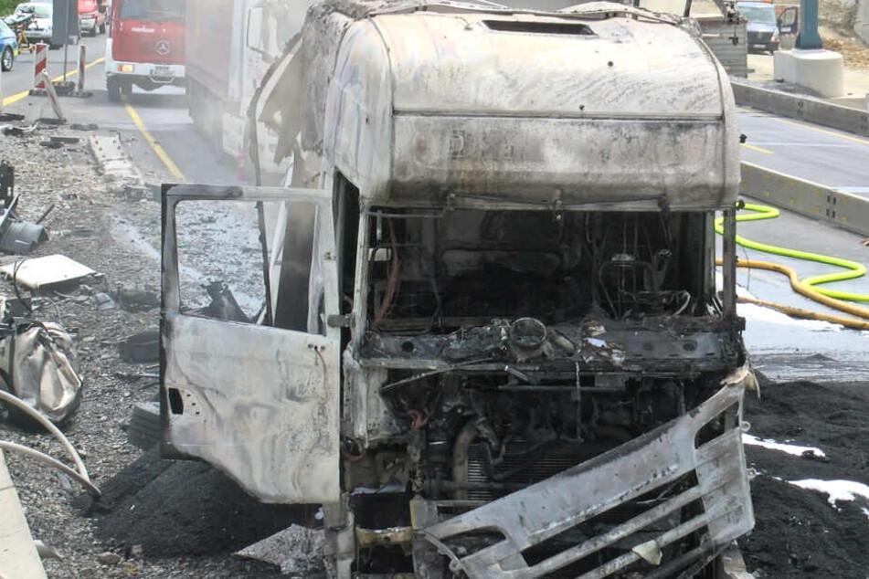 Der Lastwagen brannte mitten auf der A3 aus.