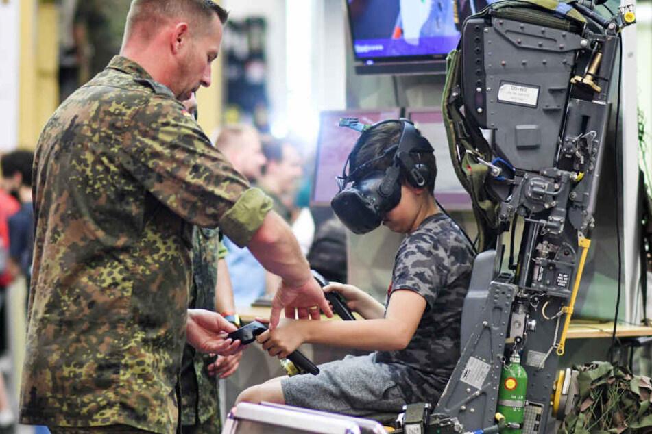 Jugendliche können vor Ort die Technik der Bundeswehr testen.