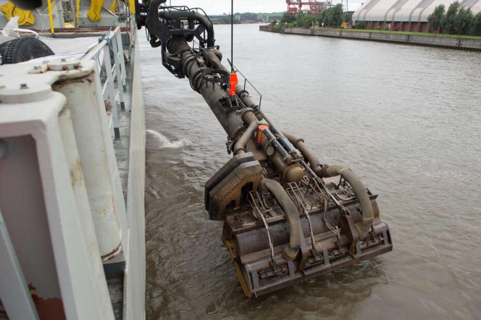 Der Saugkopf des Baggerschiffes gehört zu einem Spezialschiff, das Schlick aus der Elbe baggert und diesen anschließend in der Nordsee verklappt.