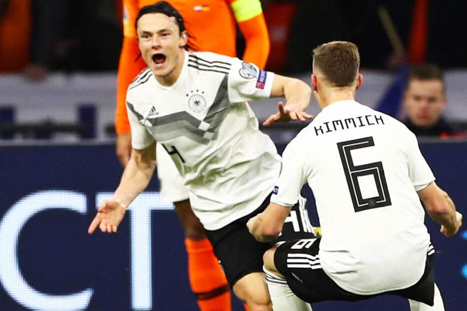 Jubel: Nico Schulz l.) schoss Deutschland mit seinem Treffer zum 3:2 im wichtigen ersten EM-Quali-Spiel in den Niederlanden zum Sieg.