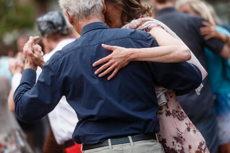 Paare tanzen Tango auf dem Hansaplatz im Stadtteil St.Georg. Der Hamburger Senat lockert das seit Beginn der Corona-Pandemie geltende Tanzverbot.