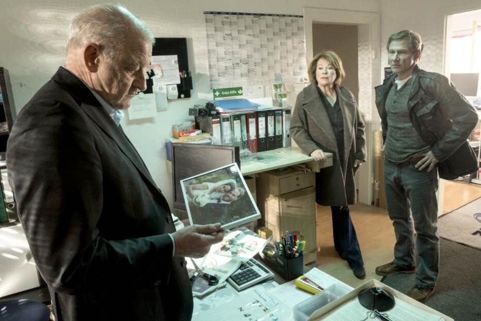 Wilsberg (Leonard Lansink, l) ermittelt am 2. März wieder mit seinen Kollegen Anna Springer (Rita Russek, M) und Overbeck (Roland Jankowsky, r).