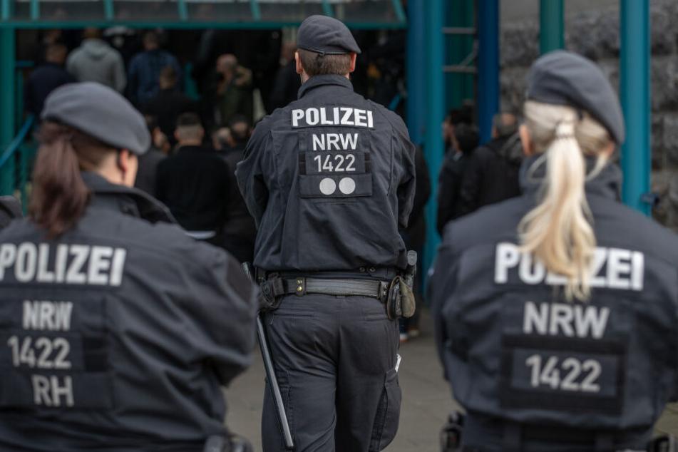 Polizisten bei einem Einsatz in NRW. (Symbolbild)