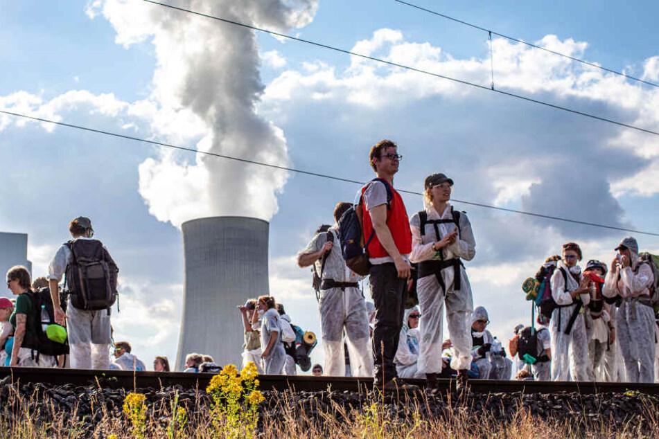 Die Aktivisten haben Campingsachen dabei, wollen die Gleise länger besetzen.