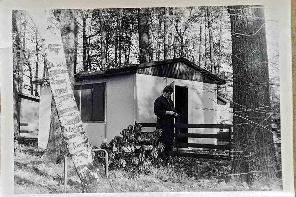 Hanna Ehnert (heute 79) vor rund drei Jahrzehnten beim Laub-Einsammeln.